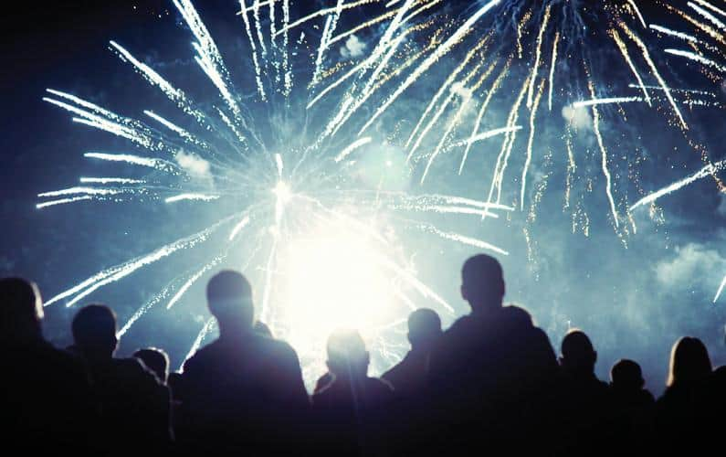 Photo silhouette of a group of people people watching fireworks outside